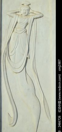 双手抱头的仙女浮雕