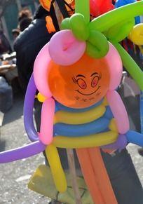集市里的卡通气球