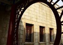 滕王阁的镂空圆门和花格窗