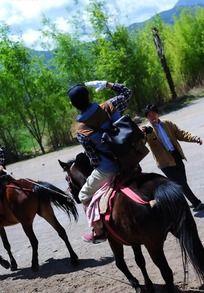 骑马敬礼的男子