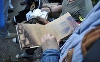 用手翻阅书本画册
