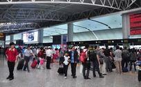 机场排队安检的人们