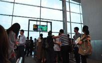 排队上飞机的乘客