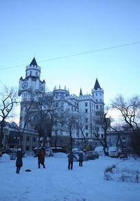 凌晨的白色城堡和枯树雪景