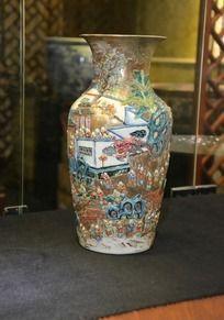 民间戏龙图案陶瓷花瓶