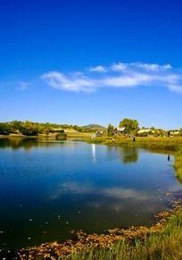 草原湖面风光