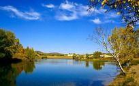 宁静的蓝色湖面