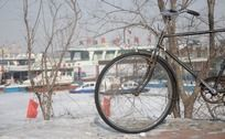 冬天雪地里的单车