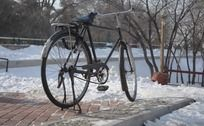 雪地上的自行车