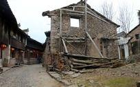 古镇倒塌的房屋