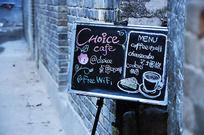 小巷里的咖啡店招牌