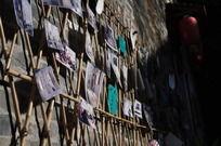 竹栏上的照片墙