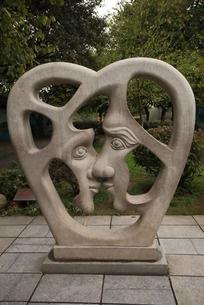 两个人脸面对面雕塑