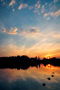 夕阳湖畔蓝天白云