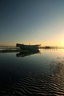 清晨风光阳光下的渔船