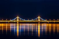 夜晚大桥下霓虹灯的倒影
