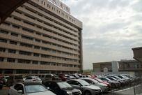 医院大楼停车场