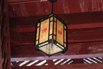寺庙内的方形灯笼