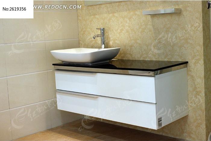 洗漱台上的圆形洗脸盘和镜子