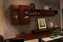 挂在墙上的实木装饰柜