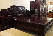 古典雕刻花纹红木大床组合
