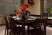 客厅里的桌子凳子组合