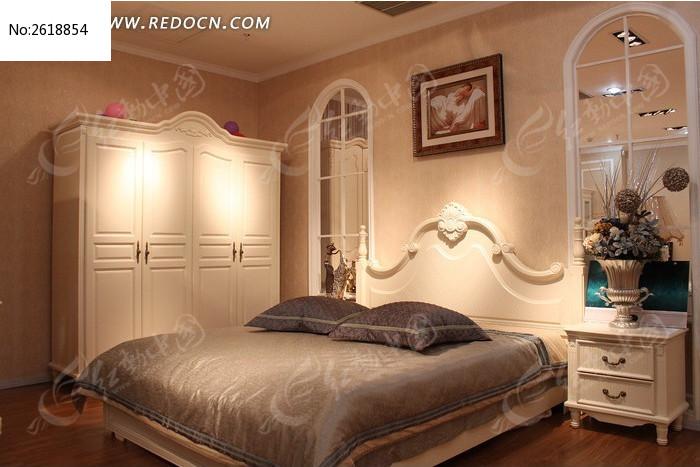 欧式风格的白色床柜组合图片