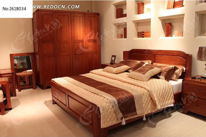 卧室中实木床柜组合图片