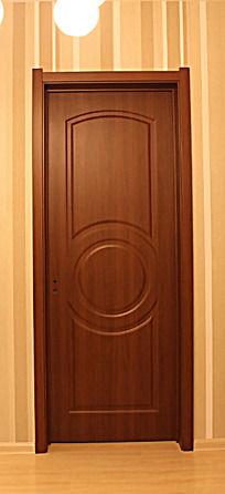 中心圆形雕刻图案的实木门