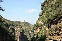 裂谷内的曲折山路