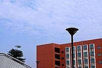 广东佛山职业学院蓝天白云下的教学楼