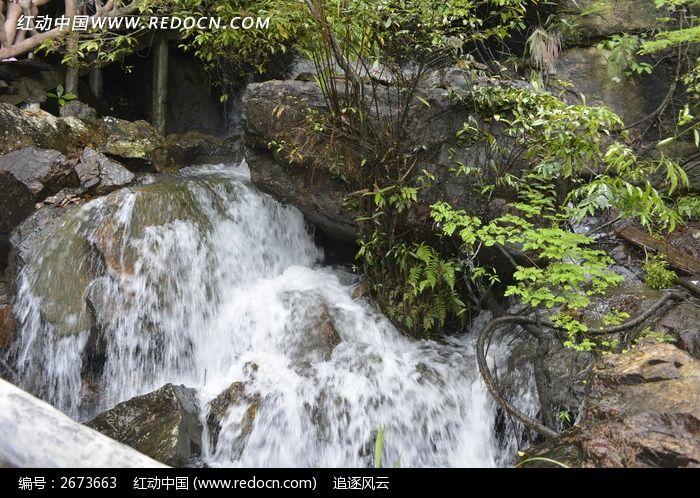 山谷间流淌着的小溪流