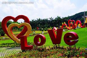 白云花园草地上的LOVE
