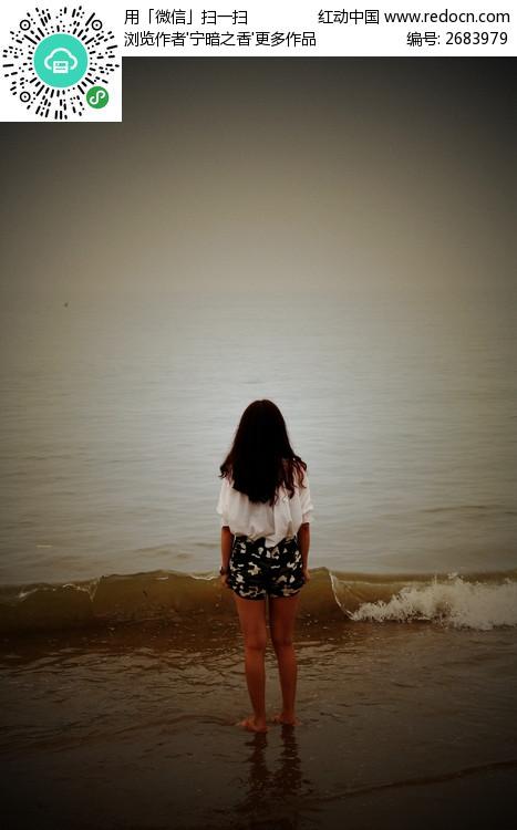 海边的美女背影图片 高清大图