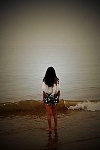 海边的美女背影