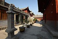 焦作圆融寺大殿间的石雕和花草