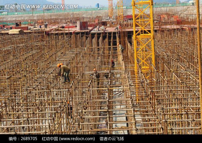 原创摄影图 建筑摄影 建筑工地 工人搭架子  请您分享: 红动网提供