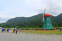 篱笆里的大风车