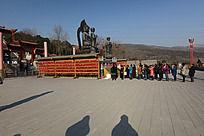 圆融寺佛像前参拜的人们
