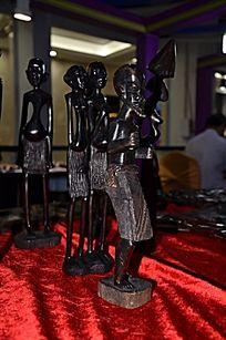 4个非洲人木雕像