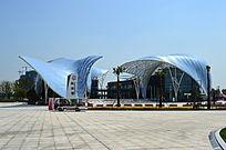 鲸鱼外观的蓝色花博园展馆
