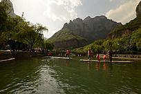 云台山河里泛舟的游客