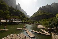 云台山停泊的木筏