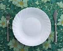 白色瓷碟和西餐餐具刀叉