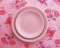 粉色花图案上的碟子