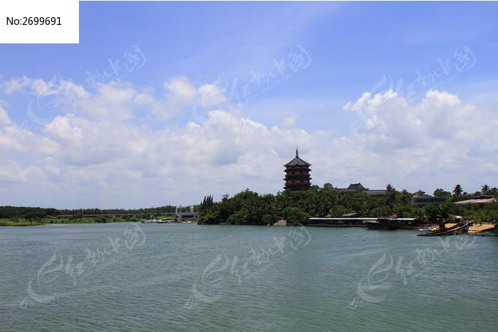 河岸的万佛塔图片_建筑摄影图片