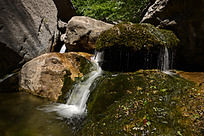 山石间的流水