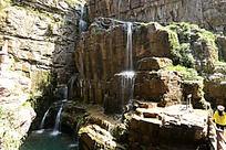 山石上的瀑布
