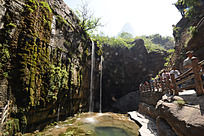 峡谷间的小小瀑布