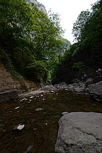 云台山中的溪流